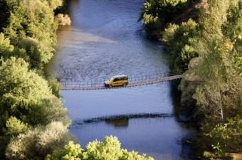 Tunceli'nin Ovacık ilçesinde yıllardır yayaların kullandığı Munzur Nehri üzerindeki asma köprünün, araç geçişi için de kullanılması ilginç görüntüler oluşturuyor.  Fotoğraf: Sidar Eren