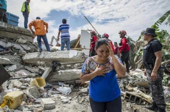 Güney Amerika ülkelerinden Ekvador'un kuzeybatı kıyı kesiminde 7,8 büyüklüğünde deprem meydana geldi. Deprem sonrası arama kurtarma çalışmaları devam ederken, depremden sağ kurtulanlar zor şartlar altında bekleyişlerini sürdürdü.