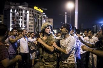 İstanbul Taksim Meydanı'nda toplanan vatandaşlar, Fethullahçı Terör Örgütü'nün (FETÖ) darbe girişimine tepki gösterdi.