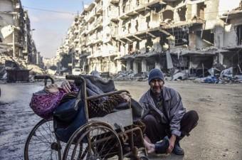 Suriye'de Beşşar Esed rejimi ve destekçilerinin kuşatmasındaki doğu Halep'te, bombardımanda 7 çocuğunu kaybeden anne Sabah, son nefesini tekerlekli sandalye üzerinde sokak sokak doktor ararken verdi. Halep kentininin doğusunda rejim kuşatması altındaki Şear ve Tarık el-Bab semtlerini birbirine bağlayan bir sokakta, Ebu Muhammed Halebi hasta eşi Sabah Muhammed ile uzun süre çaresizce bir doktorun gelmesini bekledi. Uzunca bekleyişin ardından, tekerlekli sandalyedeki Sabah Muhammed, hayatını kaybe