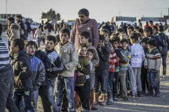 Suriye'de Rus uçaklarının Halep'in kuzeyindeki muhaliflerin denetiminde olan ilçe, belde ve köylere yönelik saldırıları sebebiyle 40 bin Suriyeli, Halep'in Azez ilçesi ile sınırdaki çadır kente geldi.