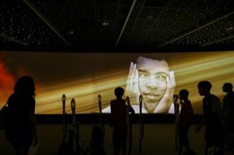 """Vefat eden efsanevi boksör Muhammed Ali uğurlamak için ABD'nin Kentucky Eyaleti'nin Louisville Şehri'ne gelenler, kentte bulunan """"Muhammad Ali Center""""ı ziyaret etti."""