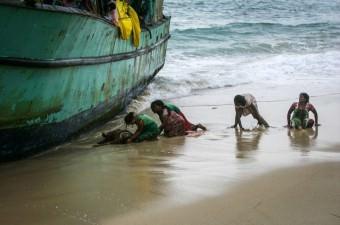 Avustralya'ya gitmek üzere yola çıkan ve Sri Lankalı mültecileri taşıyan bot Endonezya'da Açe kenti açıklarında bozuldu. Uzun süredir botta mahsur kalarak bekleyişleri devam eden 35 mülteciden bazıları rahatsızlandı.
