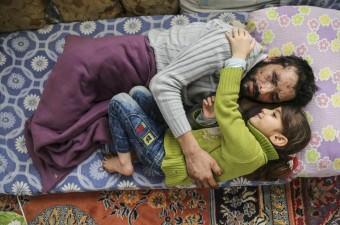 İnsan Hak ve Hürriyetleri (İHH) İnsani Yardım Vakfı, Suriye'nin İdlip kentinde rejim birliklerine ait savaş uçaklarından atılan varil bombası nedeniyle iki bacağını, sağ el parmaklarını, gözlerini ve işitme yetisini kaybeden 27 yaşındaki Mamun Halid Nasır'a yardım elini uzattı. Nasır ailesine gıda, soba, kömür ve yatak yardımı yapıldı. Nasır'ın 5 yaşındaki kızı Gözyaşı da babası tedavi edileceği için çok mutlu olduğunu belirtti.