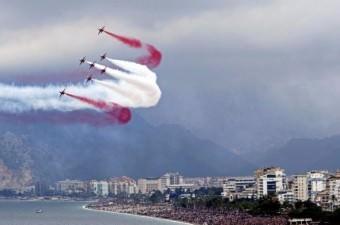 Türk Hava Kuvvetleri'nin akrobasi timi Türk Yıldızları'nın Antalya semalarındaki yarım saatlik gösterisi nefes kesti. 7 uçağın alçak senkronize uçuşu izleyicilerin yüreklerini ağızlara getirdi.  Fotoğraf: Cafer Eser