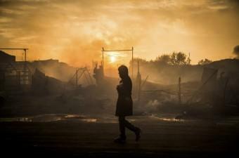 Fransa'nın Manş Denizi kıyısındaki Calais kentinde bulunan sığınmacı kampı Jungle'ın tahliyesinin üçüncü gününde çıkan yangının söndürülmesinin ardından güvenlik güçleri bölgede önlem aldı.