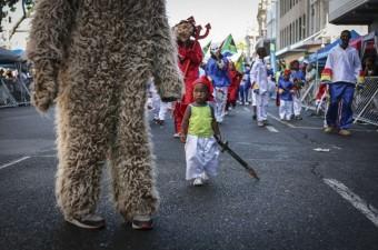"""Güney Afrika Cumhuriyeti'nde tarihsel olarak kölelere ait olan """"İkinci Yeni Yıl"""", Cape Town kentinde binlerce kişinin katılımıyla çoşkuyla kutlandı."""