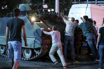 Ankara'da vatandaşlar, Fethullahçı Terör Örgütü'nün (FETÖ) darbe girişimine tepki gösterdi. Vatandaşlar, Kızılay'dan geçiş yapan tankların ilerleyişini durdurmaya çalıştı.