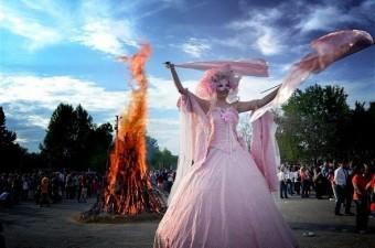 Edirne'de her yıl 5-6 Mayıs tarihlerinde kutlanan Kakava Şenlikleri, bu yıl da yakılan ateşle başladı. Tarihi Kırkpınar Yağlı Güreşleri'nin yapıldığı Sarayiçi alanını dolduran binlerce vatandaş, Kakava ateşinin yanmasıyla birlikte ateşin etrafında dans etti.
