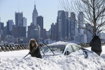 ABD'nin kuzeydoğusunda ve iç kesimlerinde etkili olan kar fırtınasının ardından evlerinden çıkan Amerikalılar, kar altında kalan araçlarını çıkarmaya çalıştı.