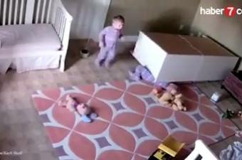 2 yaşındaki bebek ikizinin üzerine dolap devrilince ikiz kardeşini böyle kurtardı.