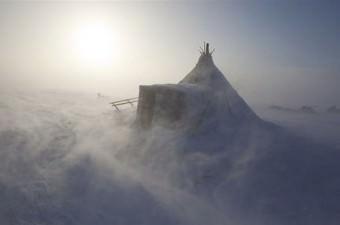 Bir bursla Grönland'ın kuzeyinde küçük bir Inuit topluluğunda 4 ay geçiren Britanyalı fotoğrafçı o günden beri Arktik bölgelerdeki halkları fotoğraflıyor.