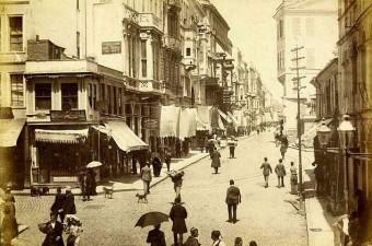 19. Galatasaray Lisesi'nin hemen önü.