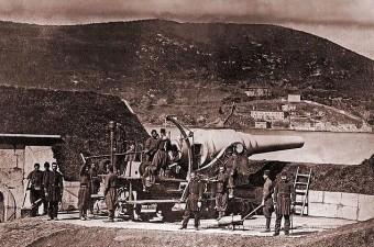 85. Boğaz'da top atışı yapmaya hazır Türk Askerler.