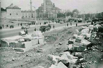 56. 1927-1957 seneleri arasında yani Cumhuriyet kurulduktan sonra İstanbul'da yapılan arkeolojik kazıların fotoğrafları. Bu fotoğraf İngiltere'deki Birmingham Üniversitesi arşivlerinde bulundu.