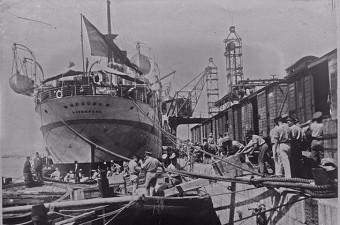 65. Haydarpaşa limanında yükleme yapılan bir İngiliz gemisi İstanbul (1923)