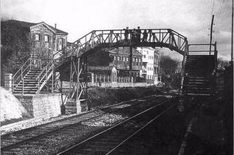 103. Tahta bir köprünün üzerinden Bakırköy.