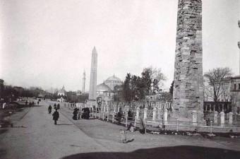 33. Şimdiki adıyla Sultanahmet Meydanı olarak bilinen At Meydanı. 1904.