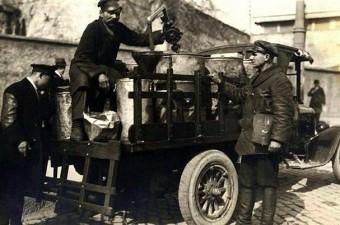 114. Rus gaz şirketinin, iş yerlerine ve bakkallara gaz dağıtan kamyoneti (1928)