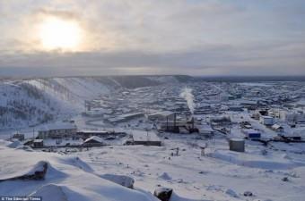 Rusya'ya bağlı bölgede dondurucu soğuklara rağmen öğrenciler okula gitmeye devam ediyor.