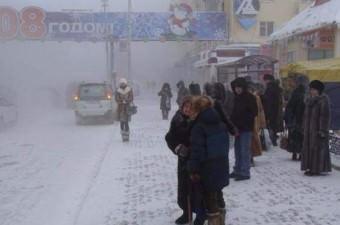 Yakutsk'ta yaşayanlar akşam astıkları çamaşırları, sabah donmuş buluyorlar. Kolaylıkla kırılabilir kalıplara dönüşen çamaşırları kendi usüllerince kullanıma hazır hâle getiriyorlar.