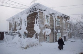 Dünyanın en soğuk yerleşim yerlerinden biri olan Yakutistan'da -53 derece soğukluğa rağmen okullar tatil edilmedi.
