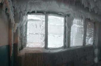Ülkenin orta kesiminde yer alan Karaganda şehrinde sıcaklığık eksi 60 dereceye kadar düştü. Şehirde apartmanların içi dahi dondu.