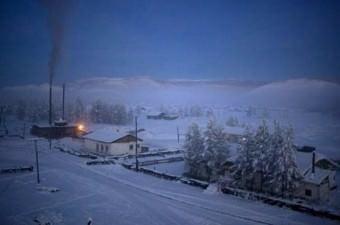 Güneş ışınalarının dondurucu sis tabakasını delmekte bile zorlandığı köyde bugün yaklaşık 500 kişi ikamet ediyor.
