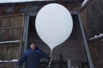 Meteorolojist Burtsev, hava durumu tahmini yapmak için bir hava balonu kullanıyor.