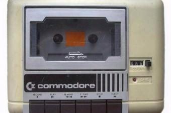 'KAFA AYARI' Commodore 64 bir dönemin efsanesiydi. 1982'de tanıldı, 1994'e kadar yaklaşık 17 milyon cihaz satıldı. Ancak oyunu çalıştırabilmek için dönemin çocukları saatçi tornavidasıyla 'kafa ayarı' yapardı. Teybin, kasedi okuması, istenen oyunun açılması için tornavidayla yapılan ayar 'kafa ayarı' olarak 80'lere damgasını vurdu.