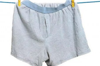 1 saatte pantolonunun içine en fazla iç çamaşırı giyme rekoru İngiltere'de. Tam 144 tane !