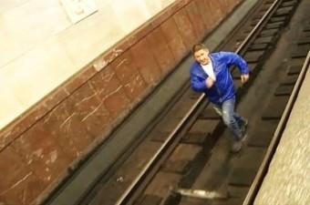 Eğer karşıdan gelen treni göremiyorsanız, trenin duracağı ilk vagona doğru ilerlemelisiniz. Bu süreçte metro çalışanlarından yardım isteyin.