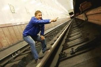 Tırmanarak kurtulmaya uğraşmayın. Şeridin altındaki platforma dokunmayın, çünkü ölümcül elektrik çarpması verebilecek bir ray bulunur ve bu sizi çarpabilir.