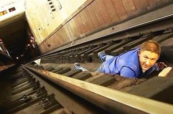 Tren size doğru geliyor ve zamanınız yoksa, raylar arasındaki boşluğa yatın ve başınızı ellerinizle örtün. Bu boşluğun alt kısmı ile trenin ekipmanları arasındaki mesafe yaklaşık 0.5 metredir. Dolayısıyla, boşluğa yatarsanız size hiçbir şey olmaz.